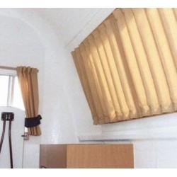 Záclonky na přední okno obytného prostoru